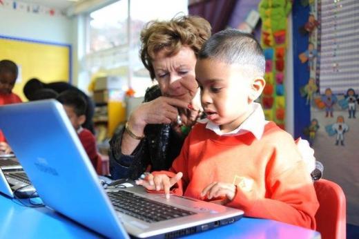 Neelie Kroes in school with children
